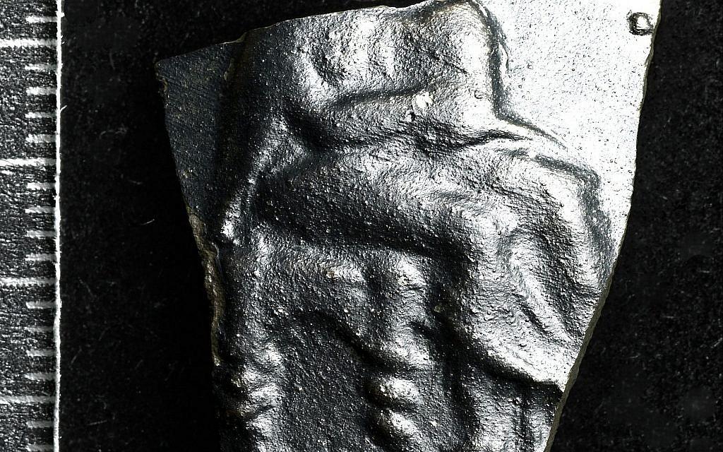 Représentation photographique ITR  de la poterie des Pouilles représentant Dione et Aphrodite trouvées sur le site e-Tell israélien près de la mer de Galilée. L'image est apparemment la copie d'un dessin trouvé au Parthénon à Athènes, au 5ème siècle avant notre ère. (Crédit : Hanan Shafir, Excavations Bethsaida / Michael Maggen, Le Musée d'Israël)