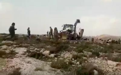 Les forces de sécurité israéliennes ont démoli trois maisons de fortune dans l'avant-poste illégal de Geulat Tzion, le 26 février 2018 (Crédit : capture d'écran YouTube)
