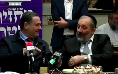 """Le ministre des Transports Israel Katz et le ministre de l'Intérieur Aryeh Deri plaisantent de la """"chance"""" du Premier ministre Benjamin Netanyahu dans ses enquêtes policières (Crédit : capture d'écran Knesset Channel)"""