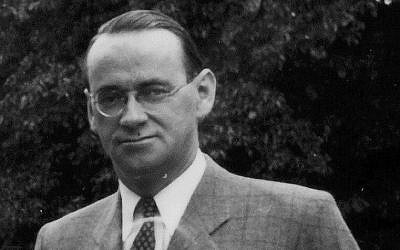 Carl Lutz, qui a travaillé comme  vice consul de la Suisse à Budapest pendant la Seconde Guerre mondiale et z contribué à sauver environ 86 000 Juifs des nazis, le 1er janvier 1944 (Crédit : CC BY-SA 3.0 FORTEPAN / ARCHIV FÜR ZEITGESCHICHTE ETH ZÜRICH / AGNES HIRSCHI / Wikipédia)