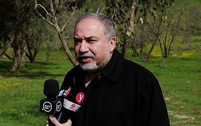 Le ministre de la Défense Avigdor Liberman parle à la presse dans un champ situé aux abords de la bande de Gaza le 20 février 2018 (Crédit :Judah Ari Gross/Times of Israel