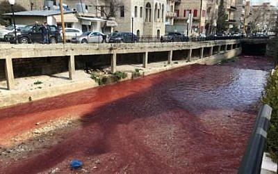 La rivière Bardawni, dans la ville de Zahle, au Liban, dont l'eau est devenue rouge (Crédit photo : Twitter / Radio Free Lebanon)