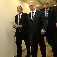 Le Premier ministre Benjamin Netanyahu et Nir Hefetz, à gauche, lorsqu'il était à la tête de l'administration d'information nationale, arrivent à la réunion hebdomadaire de cabinet au bureau du Premier ministre de Jérusalem, le  dimanche 27 décembre 2009 (Crédit :  Yossi Zamir/Flash 90)