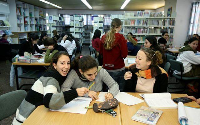 Photo illustrative de filles religieuses à l'étude. (Moshe Shai/Flash90)