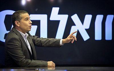 Une photo non datée de l'ancien éditeur Walla Yinon Magal en studio. (Moshe Shai/Flash90)