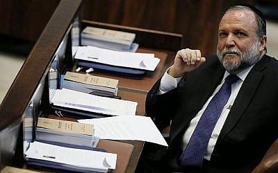 Le député du Shas, Yitzhak Cohen, assiste à une séance plénière de la Knesset le 13 février 2013 (Miriam Alster/Flash90)