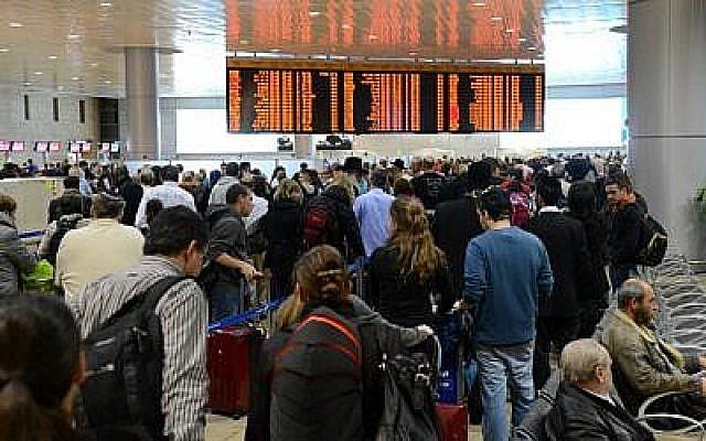 Illustration: Les voyageurs font la queue au terminal de départ de l'aéroport international Ben Gurion (Yossi Zeliger / Flash90)