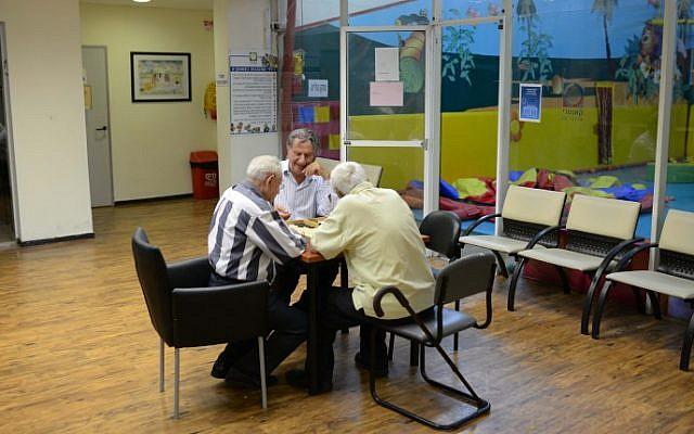 Photo illustrative d'hommes âgés jouant au backgammon dans un country club au nord de Tel-Aviv (Crédit : Tomer Neuberg / Flash90)