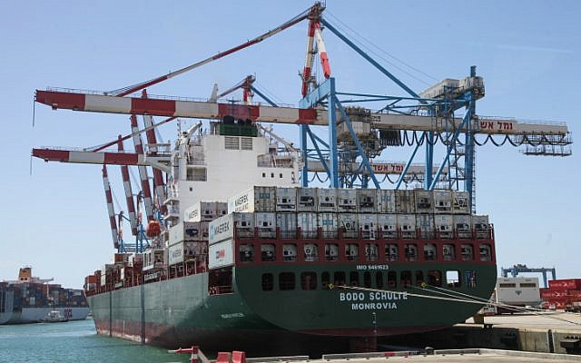 Des grues déchargent un cargo dans le port d'Ashdod le 13 juillet 2013 (Crédit : Isaac Harari/FLASH90)