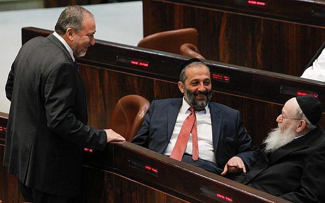 Le leader du parti Shas Aryeh Deri, au centre, le chef de Avigdor Liberman, à gauche, et le président de YaHadout HaTorah Yaakov Litzman lors d'une séance plénière à la Knesset, le 29 juillet 2013 (Crédit : Miriam Alster/Flash90)