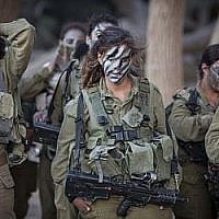 Les soldates du Bataillon de Caracal se préparent pour une expédition dans le cadre de leur entraînement le 3 septembre 2014. (Hadas Parush/Flash90)