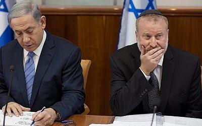 Le Premier ministre Benjamin Netanyahu (à gauche) et le procureur général Avichai Mandelblit lors d'une réunion du cabinet en juillet 2015, alors que Mandelblit était secrétaire du cabinet. (Emil Salman/POOL)