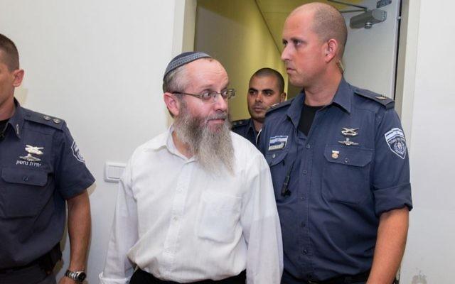 Le rabbin Ezra Sheinberg, soupçonné d'abus sexuel contre plusieurs femmes, est entré dans la salle d'audience du tribunal de Kiryat Shmona le 8 juillet 2015. (Crédit : Bâle Awidat/Flash90)