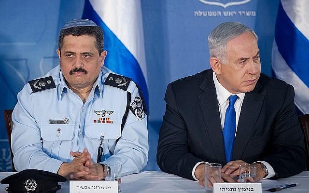 Le chef de la police Roni Alsheich et le Premier ministre Benjamin Netanyahu, photographiés au cabinet du Premier ministre à Jérusalem, le 3 décembre 2015. (Crédit : Miriam Alster/Flash90)