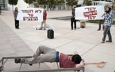 Des militants de droite assistent à une manifestation à Tel Aviv, mettant en scène des tortures présumées par le Shin Bet contre des présumés terroristes juifs (Tomer Neuberg/Flash90)