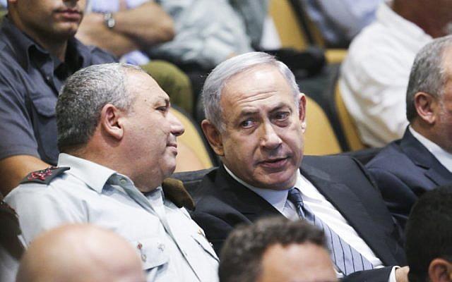 Le Premier ministre israélien Benjamin Netanyahu et le chef d'Etat-major de l'armée israélienne Gadi Eizenkot lors d'une cérémonie de remise des diplômes au collège national de sécurité, le 13 juillet 2016 (Crédit : FLASH90)
