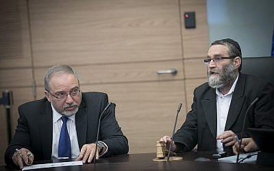 Le ministre de la Défense Avigdor Liberman (à gauche) et le député de Yahadout HaTorah , Moshe Gafni, lors d'une réunion du Comité des finances de la Knesset le 6 décembre 2016. (Yonatan Sindel / Flash90)