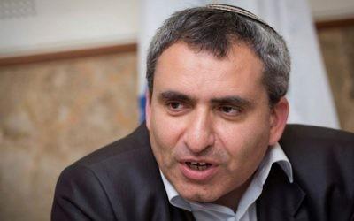 Le ministre de la Protection de l'environnement, Zeev Elkin, prend la parole lors d'une conférence de presse au Fonds national juif à Jérusalem, le 27 mars 2017. (Hadas Parush/Flash90)