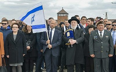 Le ministre de l'Education Naftali Bennett (2e-G), le rabbin Meir Lau (2e-D) et le chef d'état-major de Tsahal Gadi Eizenkot (D) participent à la Marche des Vivants au camp d'Auschwitz-Birkenau en Pologne le 24 avril 2017. (Yossi Zeliger/Flash90)