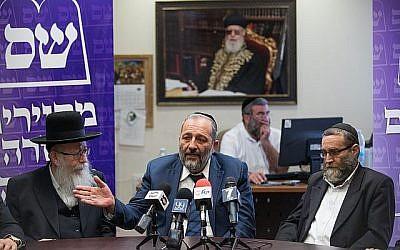 Aryeh Deri (au centre), ministre de l'Intérieur du parti Shas, accompagné de Yaakov Litzman (à gauche), vice-ministre de la Santé du parti Yahadut HaTorah, et le député Moshe Gafni lors d'une réunion commune à la Knesset, à Jérusalem, le 19 juin 2017. (Yonatan Sindel/Flash90)