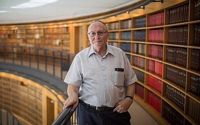 Elyakim Rubinstein, un juge à la retraite de la Cour suprême, près de son bureau dans le bâtiment de la Cour suprême (Crédit : Hadas Parush / Flash90)