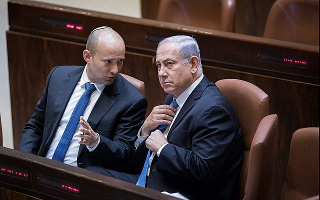Le Premier ministre Benjamin Netanyahu s'entretient avec le ministre de l'Education Naftali Bennett le 13 novembre 2017 (Yonatan Sindel/Flash90)