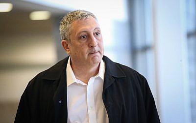 L'ancien porte-parole du Premier ministre Nir Hefetz à la cour des magistrats de Herzliya lors d'une plainte en diffamation contre lui et d'autres conseillers du Premier ministre, le 26 décembre 2017 (Crédit : Flash90)