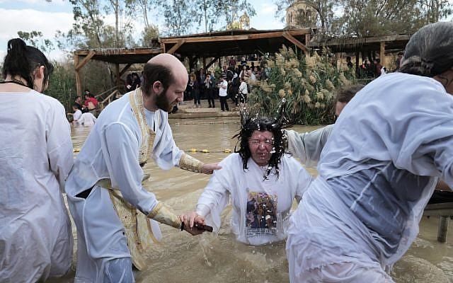 Des pèlerins chrétiens orthodoxes prennent un bain dans le fleuve du Jourdain dans le cadre d'une cérémonie de baptême traditionnelle de l'épiphanie à Qasr el Yahud, le 18 janvier 2018 (Crédit : Yaniv Nadav/Flash90)
