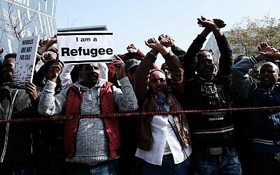 Des demandeurs d'asile africains et des militants des droits de l'Homme protestent contre l'expulsion devant l'ambassade du Rwanda à Herzliya, le 22 janvier 2018 (Crédit : Tomer Neuberg / Flash90)
