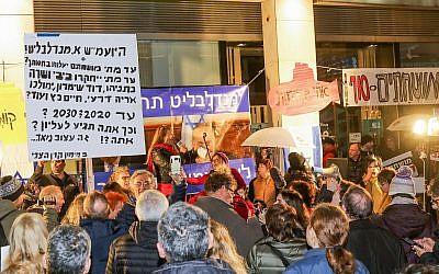 Des manifestants anti-corruption protestent devant le domicile du procureur général Avichai Mandelblit à Petah Tikva le 27 janvier 2018 (Crédit :  Roy Alima/Flash90)