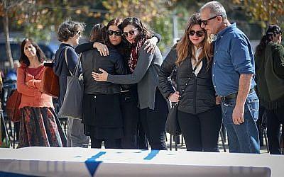 Les Israéliens pleurent près du cercueil du poète israélien, romancier, journaliste et cinéaste Haim Gouri, à l'extérieur du théâtre de Jérusalem le 1er février 2018 (Crédit : Yonatan Sindel / Flash90)