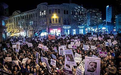 Des Israéliens et des demandeurs d'asile africains protestent contre les expulsions dans le centre de Jérusalem, le 10 février 2018. (Yonatan Sindel/Flash90)