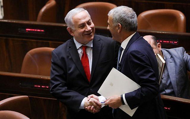 Le Premier ministre Benjamin Netanyahu et le ministre des Finances Moshe Kahlon (à droite) lors d'un vote de la Knesset sur le budget de l'Etat de 2019 le 13 février 2018. (Yonatan Sindel/Flash90)