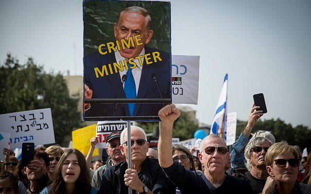 Des Israéliens lors d'un rassemblement hebdomadaire contre la corruption à Tel Aviv, le 16 février 2018 (Crédit : Miriam Alster/Flash90)