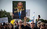 Quelques milliers d'Israéliens réclament à Tel Aviv la démission du Premier ministre Benjamin Netanyahu, le 16 février 2018. (Crédit : Miriam Alster/Flash90)