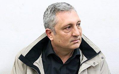 Nir Hefetz, assistant de longue date du Premier ministre Benjamin Netanyahu et de la famille, arrive pour une prolongation de sa détention provisoire dans l'affaire 4000 au tribunal de première instance de Rishon Letzion, le 18 février 2018. (Flash90)