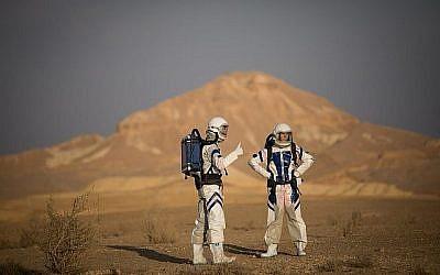 Des scientifiques israéliens participent au projet D-MARS qui simule la vie sur Mars, près de Mitzpe Ramon, dans le sud d'Israël, le 18 février 2018. (Yonatan Sindel/Flash90)