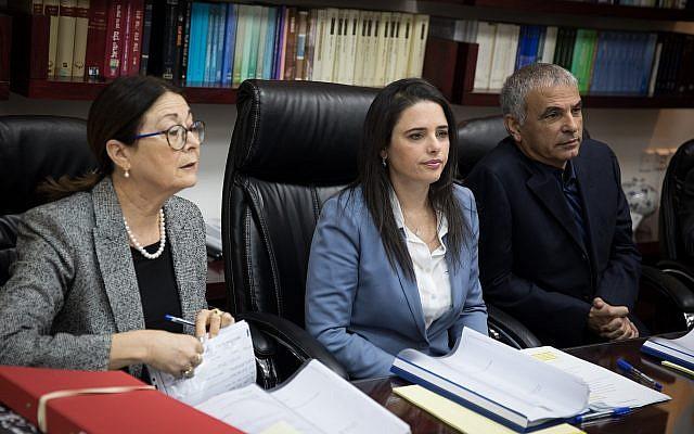 La ministre de la Justice, Ayelet Shaked (C), en compagnie de la présidente de la Cour suprême, Esther Hayut (D) et du ministre des Finances, Moshe Kahlon, ainsi que des membres du Comité de sélection des juges, le 22 février 2018. (Hadas Parush/Flash 90)