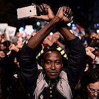 Des demandeurs d'asile africains et des militants des droits de l'Homme manifestent contre les expulsions à Tel Aviv, le 21 février 2018 (Crédit : Tomer Neuberg/Flash90)