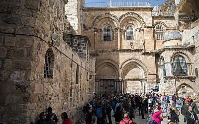 Les gens se rassemblent devant les portes closes de l'église du Saint-Sépulcre dans la vieille ville de Jérusalem le 25 février 2018. (Hadas Parush / Flash90)