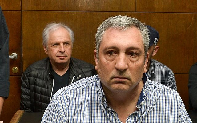 L'ancien porte-parole du Premier ministre Benjamin Netanyahu, Nir Hefetz, au premier plan, et l'actionnaire principal de Bezeq, Shaul Elovitch, lors d'une audience de prolongement de détention devant la cour des magistrats de Tel Aviv, le 26 février 2018. (Crédit : Flash90)