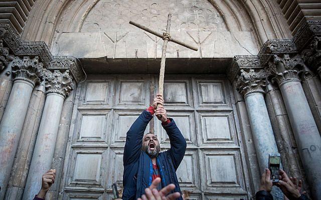 Les protestataires manifestent devant les portes fermées de l'église du Saint Sépulcre dans la vieille ville de Jérusalem, le 27 février 2018. (Yonatan Sindel/Flash90)