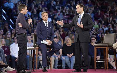 Elève au lycée Marjory Stoneman Douglas, Cameron Kasky interroge le sénateur Marco Rubio (républicain de Floride) durant un débat de CNN le mercredi 21 février   20018 au  BBT Center, de Sunrise, en Floride (Crédit : Michael Laughlin/Sun Sentinel/TNS via Getty Images)