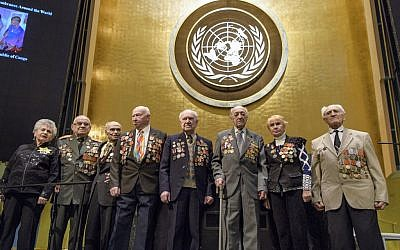 Une photo de groupe des survivants de l'Holocauste et des participants avant la cérémonie pour la journée de commémoration de l'Holocauste des Nations unies, 31 janvier 2018 (Crédit : Photo ONU / Manuel Elias)