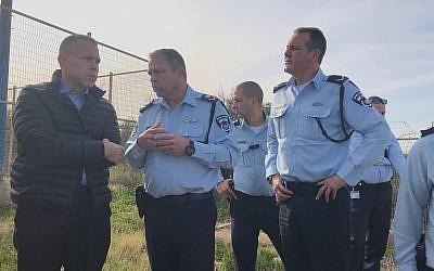 Le ministre de la Sécurité publique Gilad Erdan avec de hauts-responsables de la police au cours d'exercices de contre-terrorisme dans le district du sud, le 4 février 2018 (Crédit : Police israélienne)
