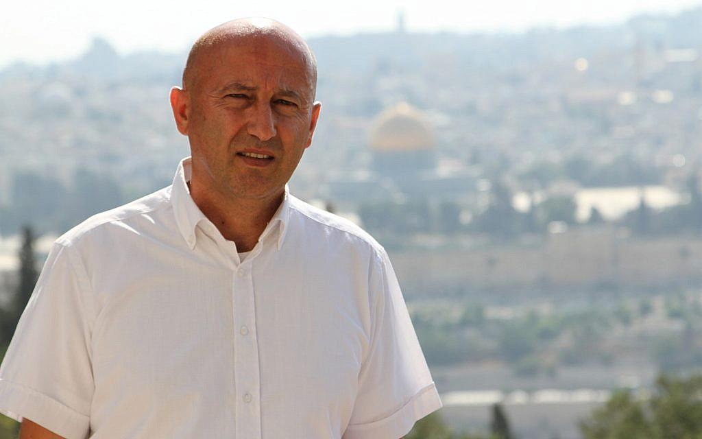 Majdi Halabi, correspondant israélien du site d'information arabe Elaph à Londres (Crédit : Autorisation)