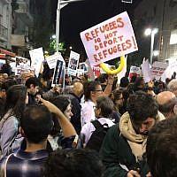 Des manifestants lors d'un mouvement de protestation dans le sud de Tel Aviv contre l'expulsion programmée de migrants et réfugiés africains, le 24 février 2018 (Crédit : Miriam Herschlag/ Times of Israel)