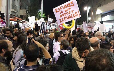 Des manifestants lors d'un mouvement de protestation dans le sud de Tel Aviv contre l'expulsion programmée de migrants et réfugiés africains, le 24 février 2018 (Crédit : Miriam Herschlag/ Times of Israël)