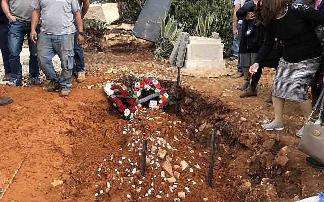 La tombe du rabbin Itamar Ben-Gal, poignardé à mort par un terroriste palestinien. Il a été enterré dans l'implantation d'Har Bracha, en Cisjordanie, le 6 février 2018. (Crédit : Jacob Magid/Times of Israel)
