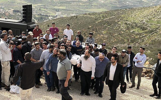 La foule accompagne le rabbin Itamar Ben-Gal à sa dernière demeure, après qu'il a été poignardé à mort par un terroriste palestinien. Il a été enterré dans l'implantation d'Har Bracha, en Cisjordanie, le 6 février 2018. (Crédit : Jacob Magid/Times of Israel)